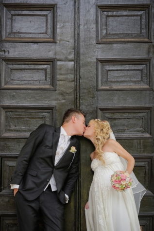 front door, entrance, kiss, pregnancy, young woman, pretty girl, pregnant, husband, groom, gentleman