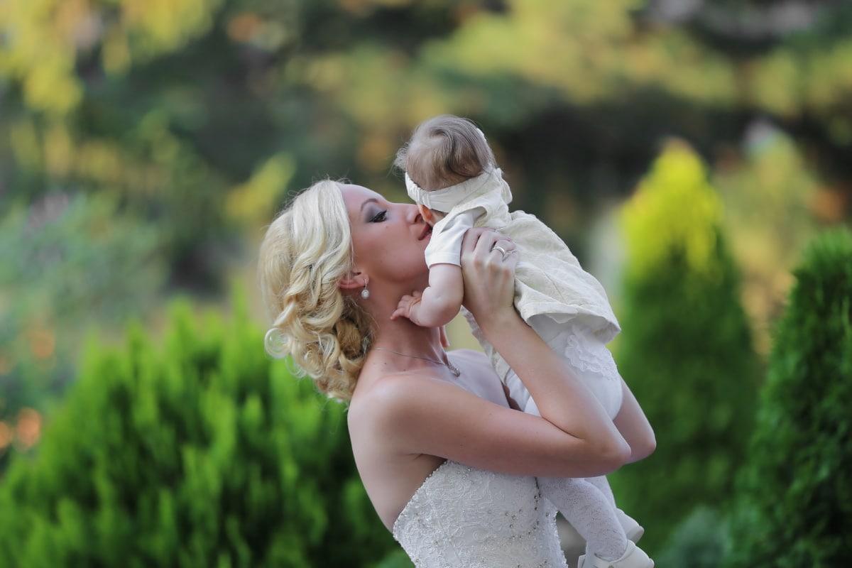 maternité, enfant en bas âge, maternité, jeune femme, cheveux blonds, bébé, baiser, étreinte, amour, belle