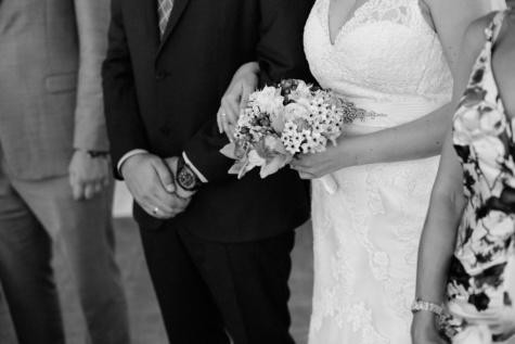 bryllupskjole, bryllup buket, bryllup, ceremoni, sort og hvid, stående, folk, ægteskab, buket, kjole