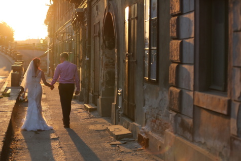 noiva, noivo, centro da cidade, pôr do sol, caminhando, pavimento, raio de sol, gozo, celular, pessoas