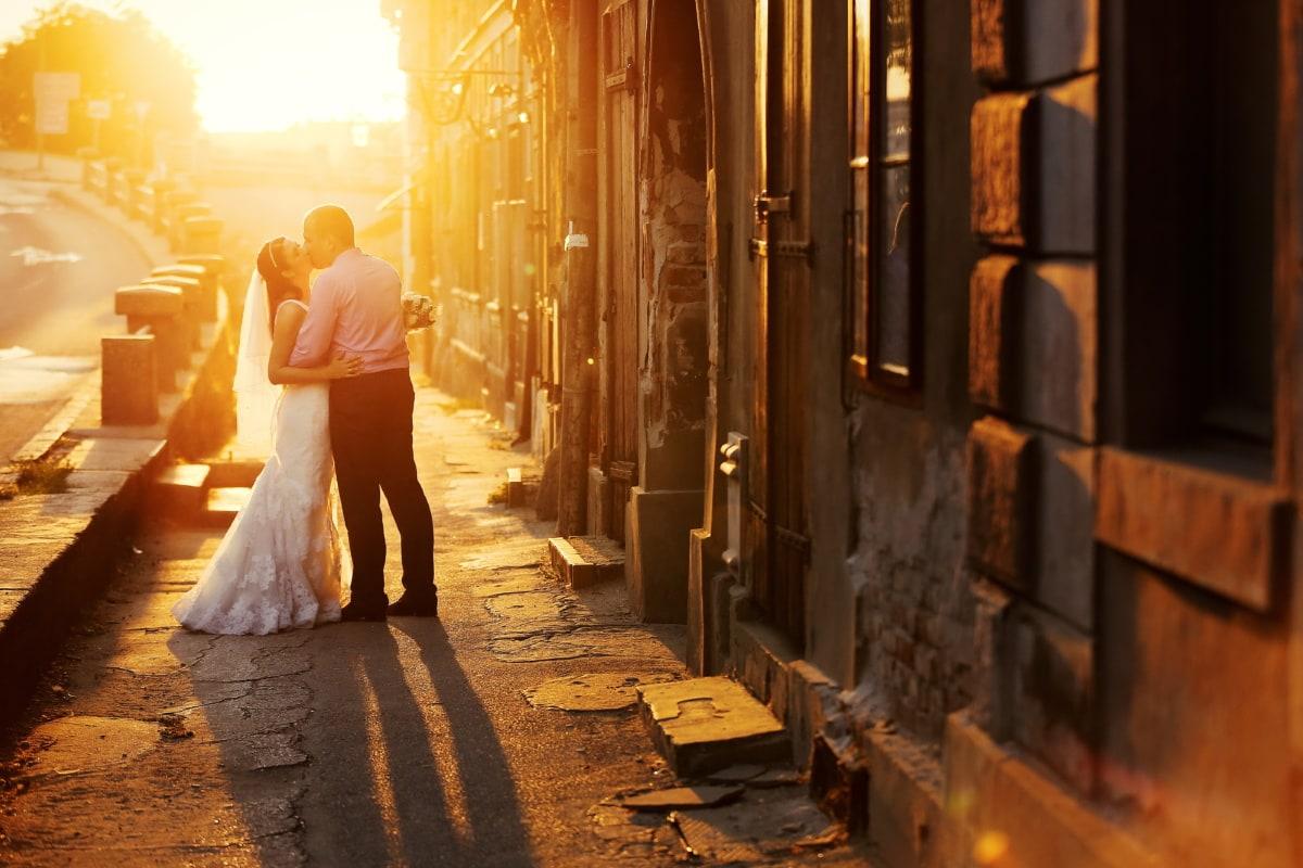 sol, beso, puesta de sol, amor, romántica, abrazo, calle, personas, mujer, luz