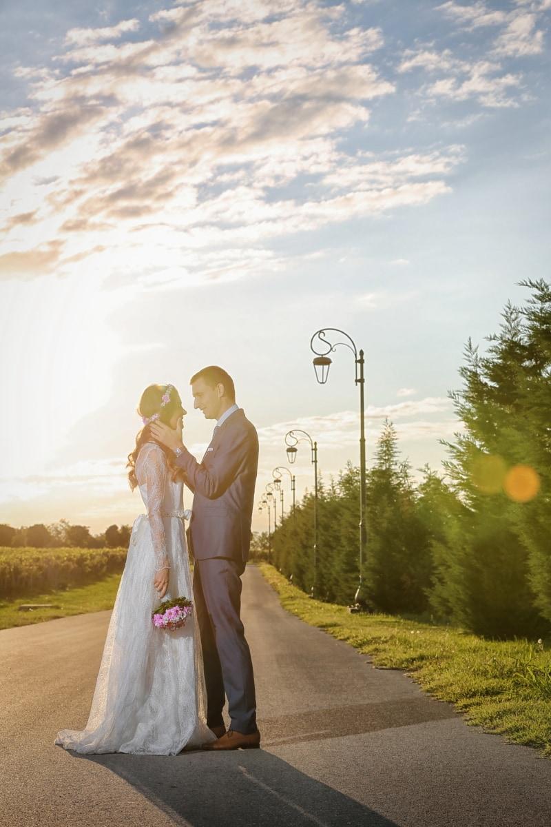 zonnestralen, zon, bruid, bruidegom, romantiek, bruiloft, liefde, vrouw, jurk, huwelijk