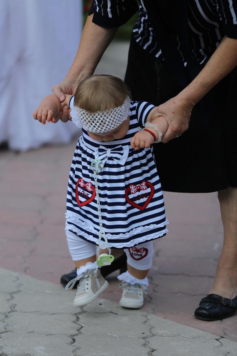 grand-mère, petit-enfant, petite-fille, enfant en bas âge, bébé, enfant, mignon, jeune fille, gens, rue
