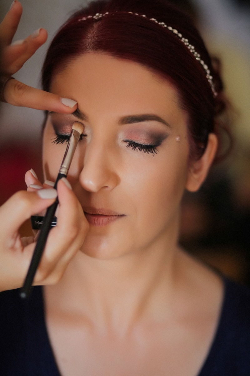 schoonheidsspecialiste, professionele, cosmetica, gezicht, make-up, borstel, handen, handgereedschap, mooi meisje, vrij