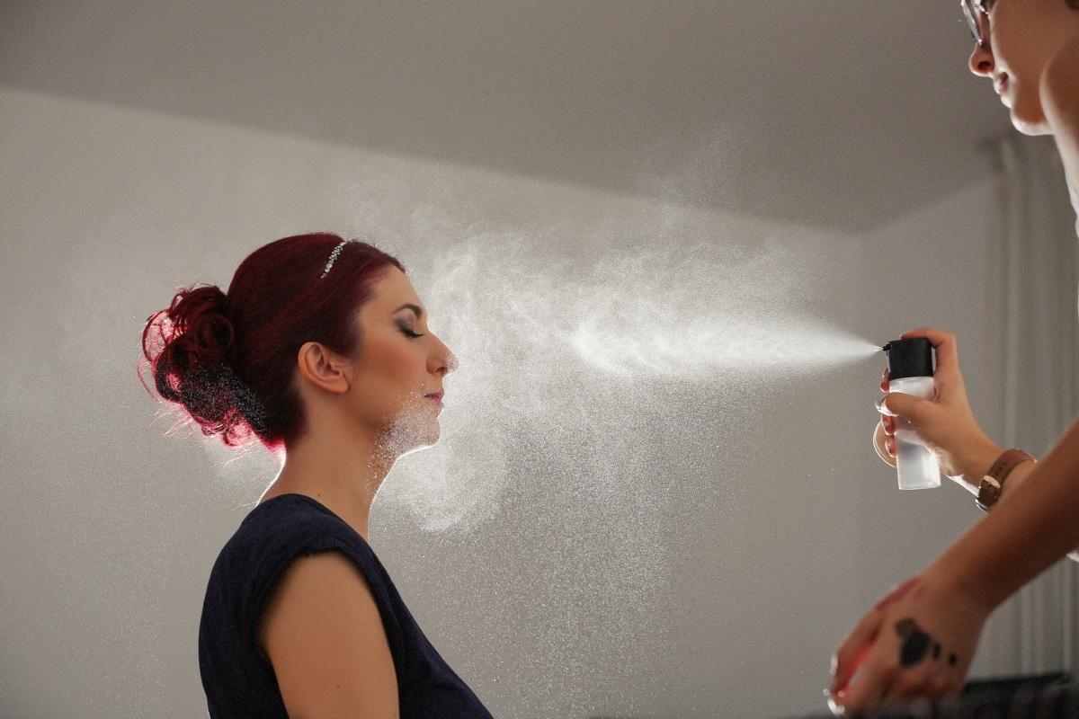 Friseur, Make-up, Kosmetikerin, Frisur, hübsches mädchen, Brünette, Spritzen, Spray, Glanz, Mode