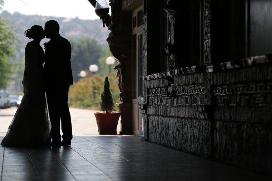 Bräutigam, Braut, Schatten, Dunkelheit, Kuss, Umarmung, Umarmung, Menschen, Bürgersteig, Straße