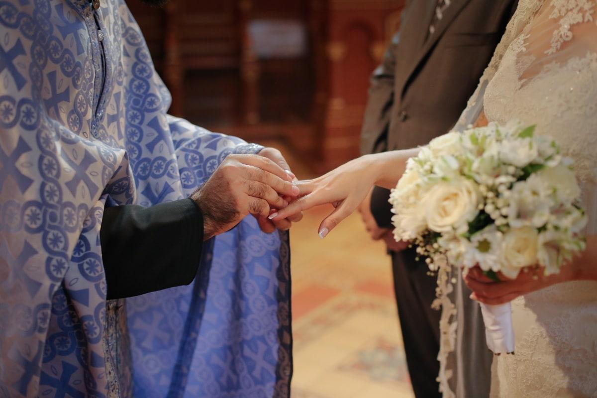 Priester, Ehering, Hochzeitsstrauß, Braut, Bräutigam, Hochzeit, Zeremonie, Liebe, Frau, Menschen