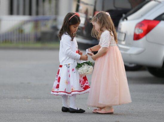 petite amie, amis, amitié, petite enfance, enfants, rue, enfant, mariage, jeune fille, gens