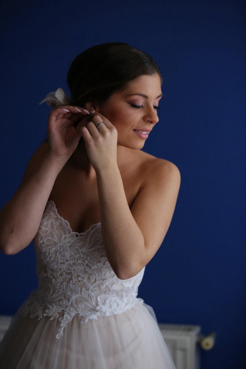 наречена, Підготовка, ювелірні вироби, сережки, макіяж, симпатична дівчина, чудова, весільна сукня, портрет, модель