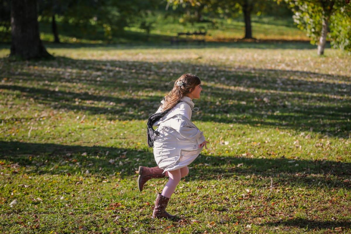 futás, mozgás, park, gyermek, gyors, mosolyogva, játékos, élvezet, fű, lány