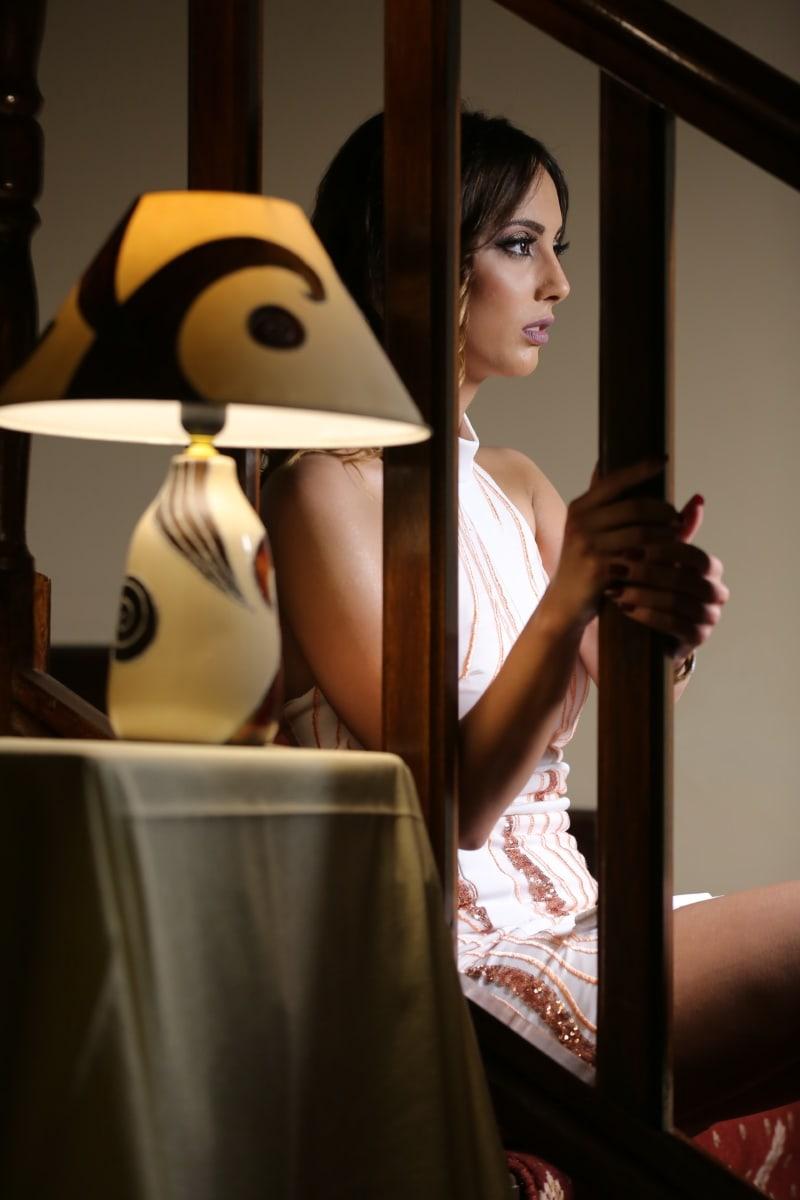 junge Frau, hübsches mädchen, sitzen, Treppen, posiert, Innendekoration, Frau, drinnen, Menschen, Mode