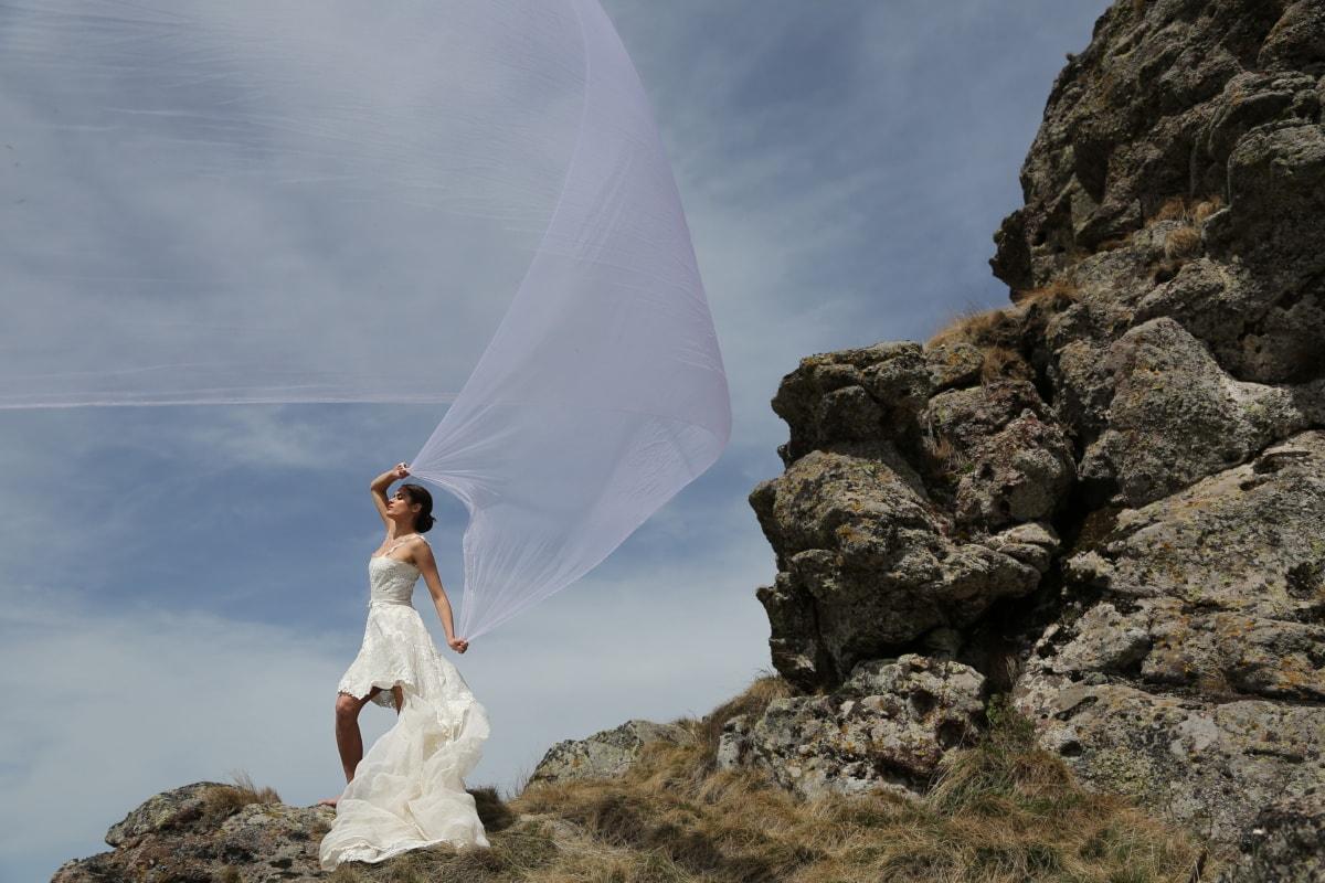 posant, jeune femme, vue de côté, Sommet de montagne, robe de mariée, voile, vent, la mariée, mariage, nature