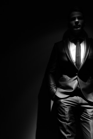 Spotlight, studio photo, ténèbres, debout, homme, ombre, costume, attacher, posant, noir