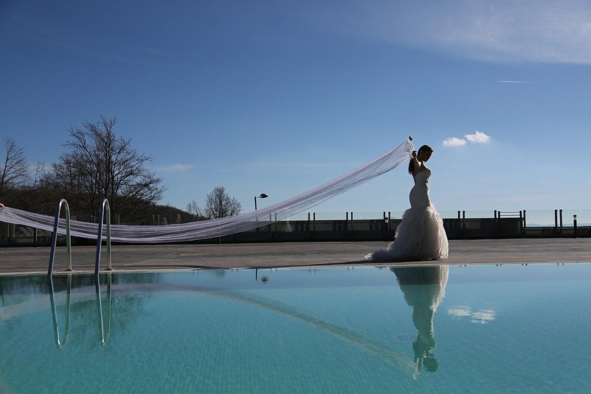 úszómedence, menyasszony, gyaloglás, esküvői ruha, fátyol, luxus, fényesség, víz, szerkezete, város