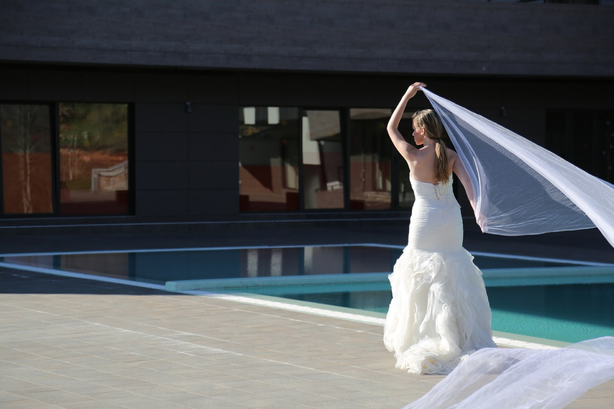 hotel, posando, vestido de novia, mujer joven, zona turística, piscina, chica, amor, vestido, se casó con