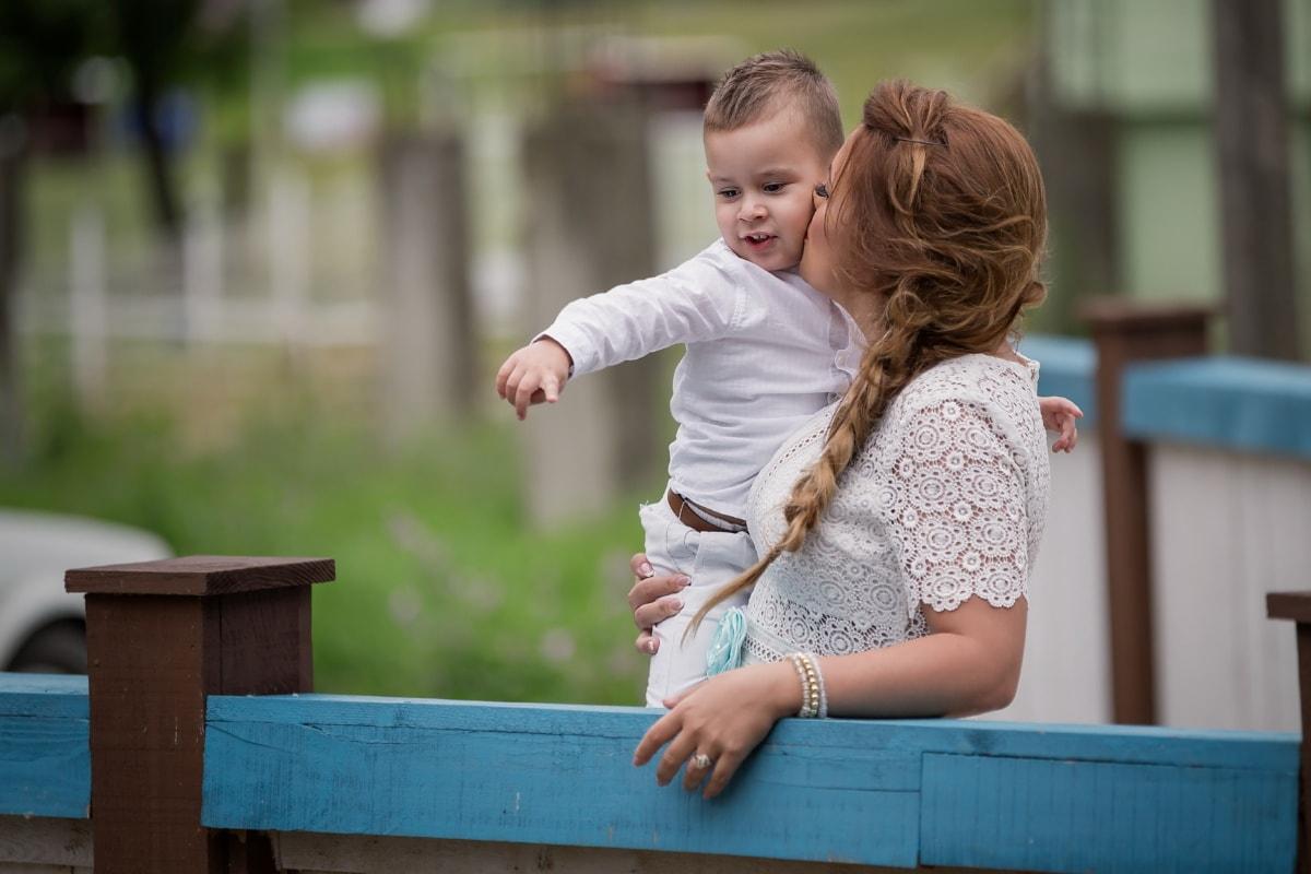 mor, kyss, sønn, omfavne, Klem, utstyr, barn, trampoline, utendørs, fritid
