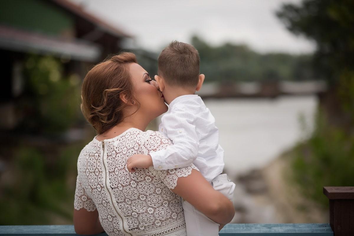 mère, Holding, enfant, étreinte, baiser, maternité, fils, famille, heureux, ensemble
