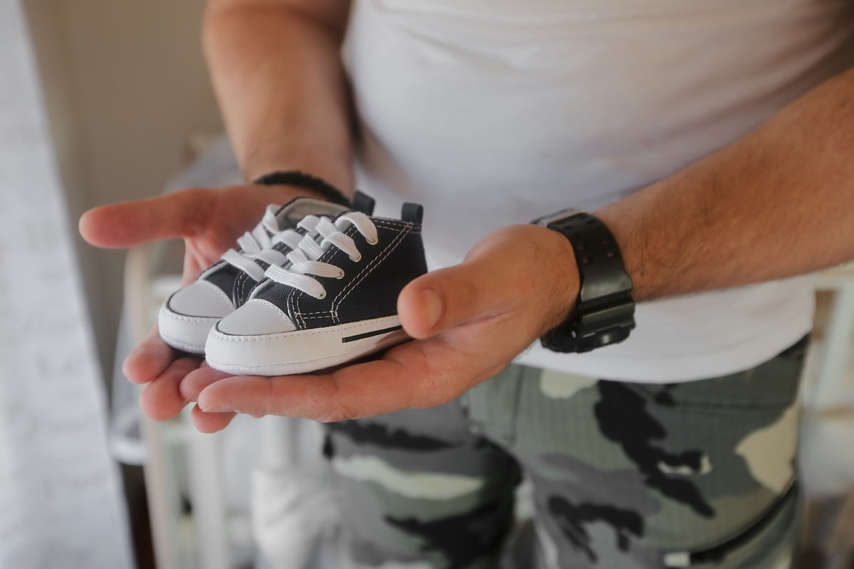 chaussures de sport, bébé, chaussures, chaussure, homme, à l'intérieur, gens, en détail, main, mains