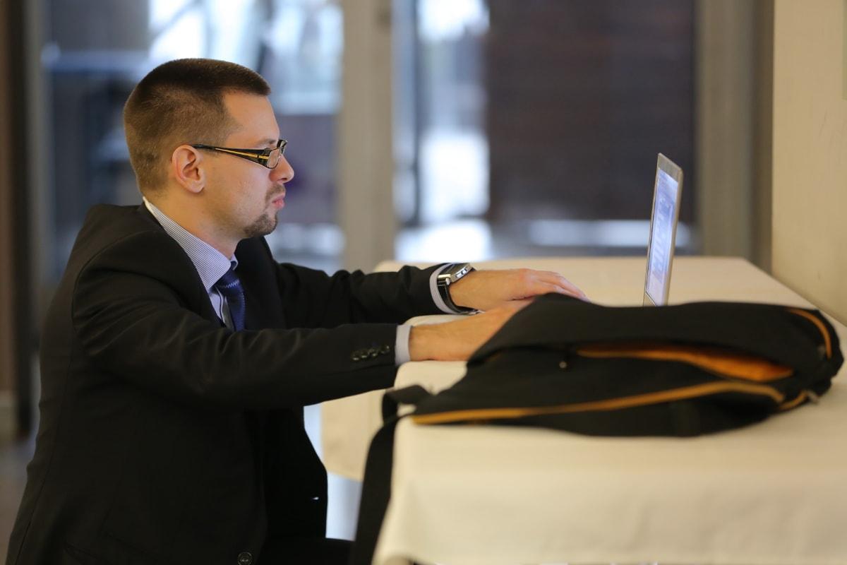 бизнес, мениджър, бизнесмен, преносим компютър, кариера, офис, професионални, изпълнителен директор, костюм, корпоративни
