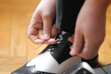 schwarz und weiß, Leder, Schuhe, Fuß, Hand, Frau, Mann, drinnen, Menschen, Geschäft