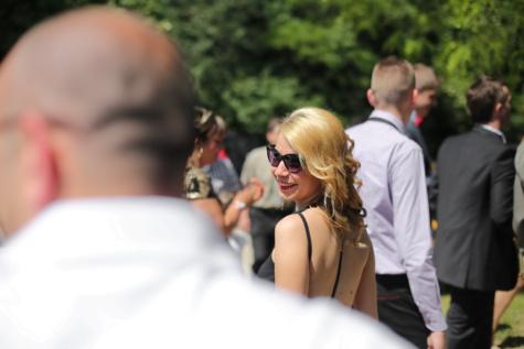 pen jente, blonde hår, gå, smiler, solbriller, nydelig, glad, kvinne, folk, gate