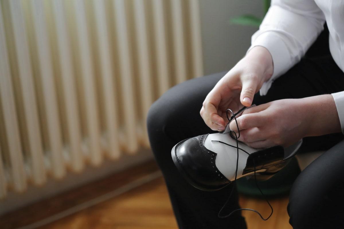 Schuhe, Schnürsenkel, Leder, schwarz und weiß, Mann, Zimmer, Entspannung, Freizeit, Hand, Person