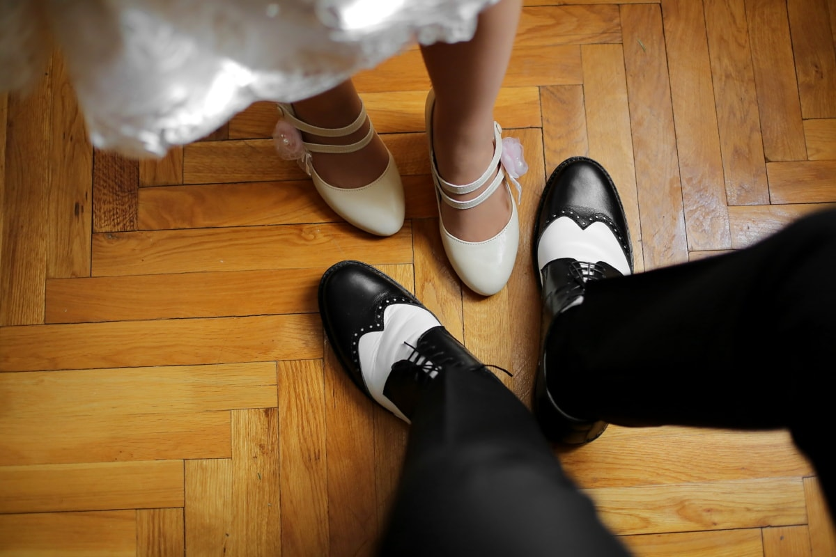 человек, женщина, Сандал, ноги, черный и белый, чистка обуви, паркет, обувь, фут, дерево