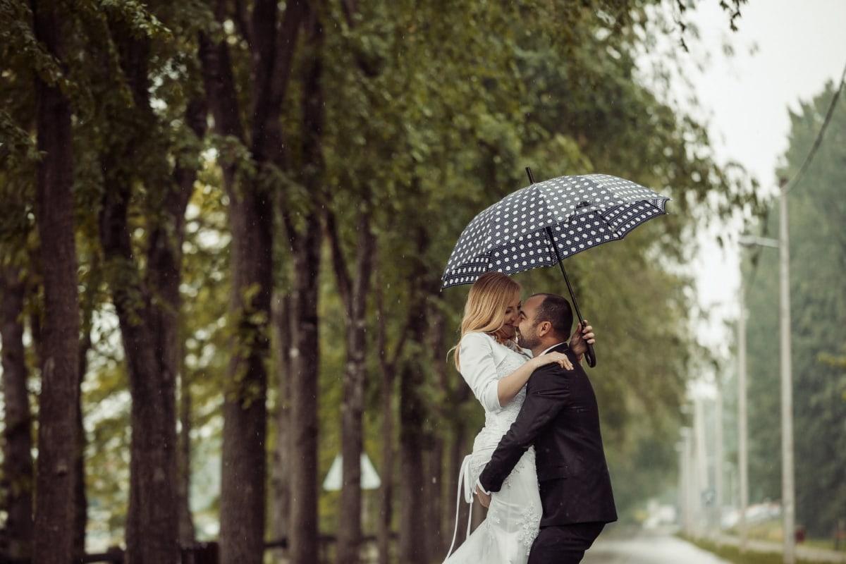 umbrela, femeie, ploaie, dragoste, îmbrăţişarea, om, zâmbet, sărut, fată, în aer liber