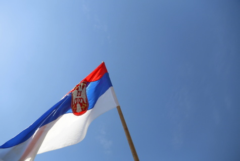 Srbsko, vlajka, státní znak, heraldika, symbol, modrá obloha, dědictví, tricolor, hůl, vítr