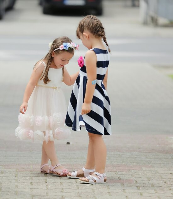 Freundin, Mädchen, Kindheit, spielerische, Schuhe, Kleid, Mode, Spaß, Zweisamkeit, untergeordnete