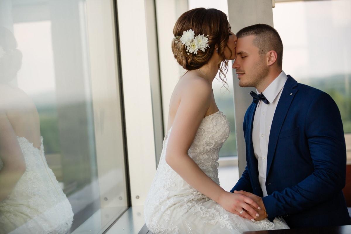 булката, Целувка, костюм, сватбена рокля, младоженец, прозорец, двойка, мъж, ангажираност, Любов