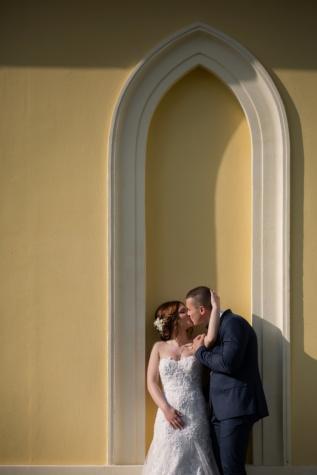 csók, vőlegény, menyasszony, ölelés, boltív, fal, esküvő, szerelem, nő, lány