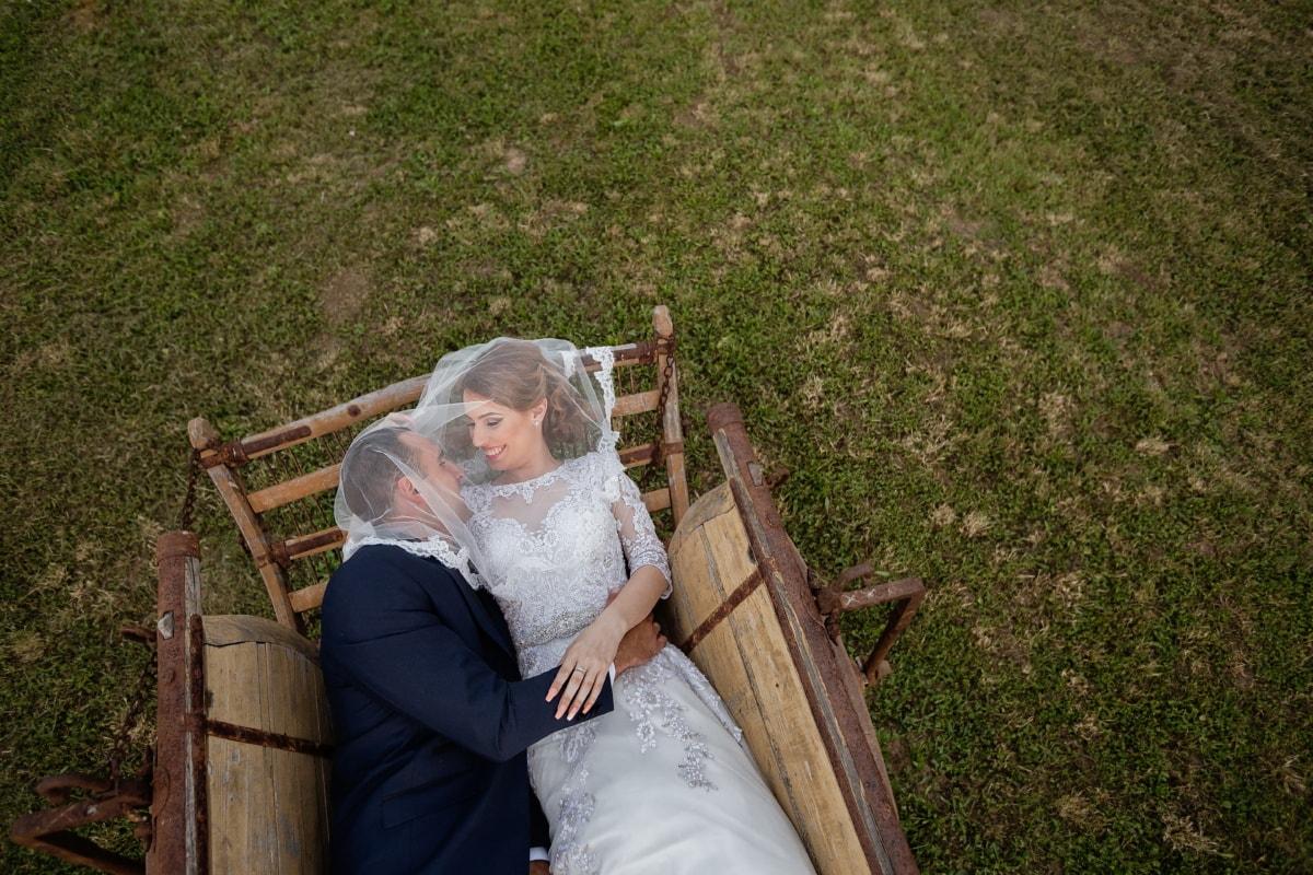 Dorf, Hochzeitsort, Hochzeit, Hochzeitskleid, Braut, Bräutigam, Menschen, Schleier, Mädchen, Gras