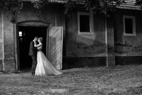 man, platteland, huwelijk, schuur, vrouw, mensen, bruidegom, bruid, bruiloft, zwart-wit