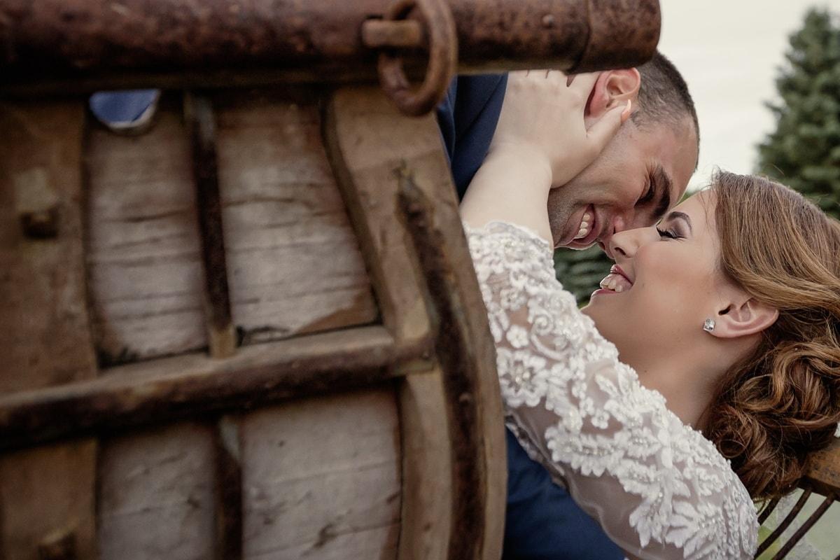 Lächeln auf den Lippen, umarmt, Braut, Kuss, Bräutigam, aus nächster Nähe, Frau, Liebe, Romantik, Umarmung