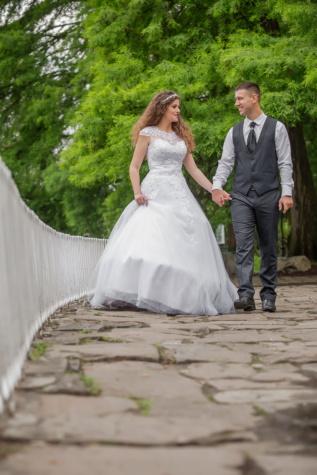 friss házasok, menyasszony, vőlegény, esküvői ruha, esküvő, gyaloglás, szerelem, házasság, ruha, házas
