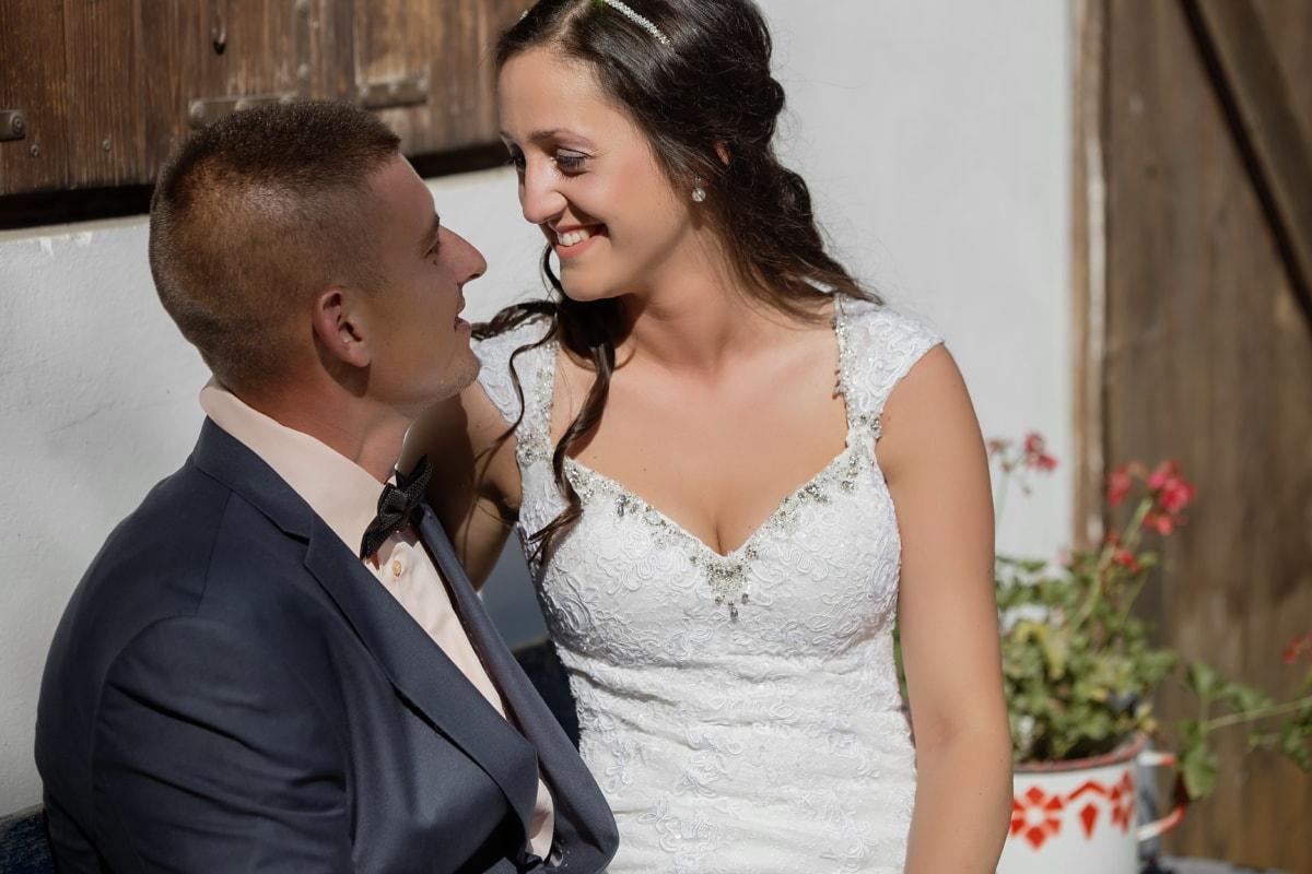 щойно одружений, пара, дивлячись, наречена, наречений, симпатична дівчина, посміхаючись, обіймати, Кохання, весілля