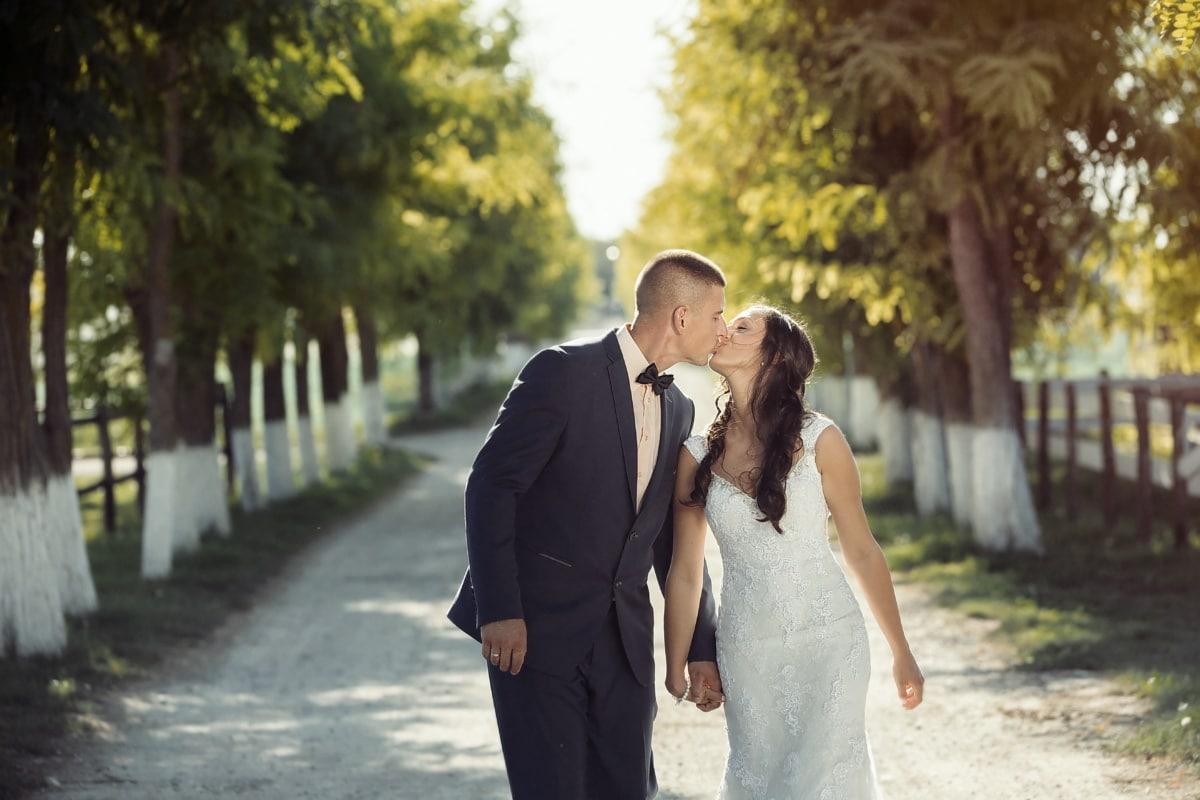 Kuss, frisch verheiratet, Mann, Dorf, gut aussehend, Ehefrau, Landschaft, Mann, hübsches mädchen, Bräutigam
