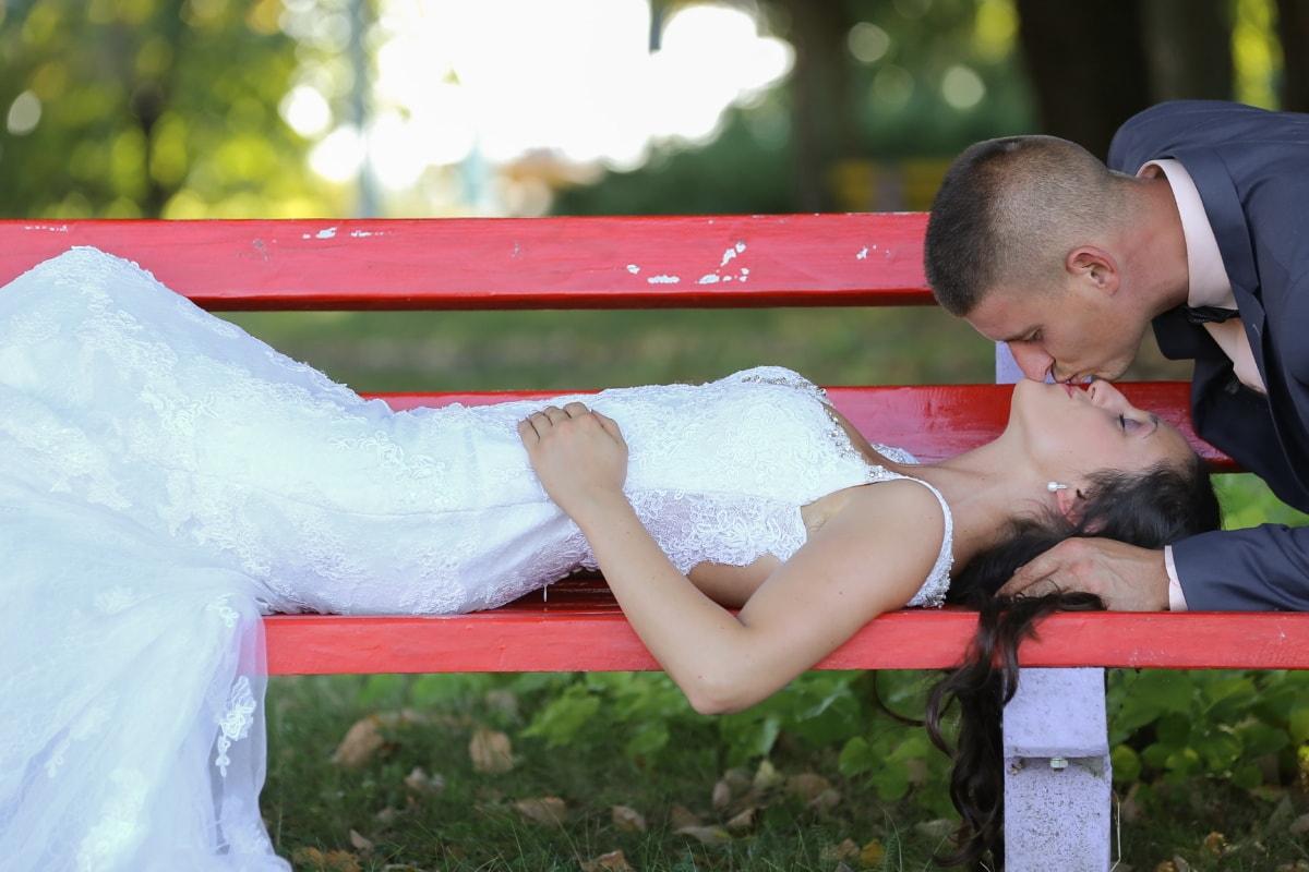 baiser, jeunes mariés, tout juste marié, femme, à l'extérieur, amour, mariage, été, mignon, relaxation
