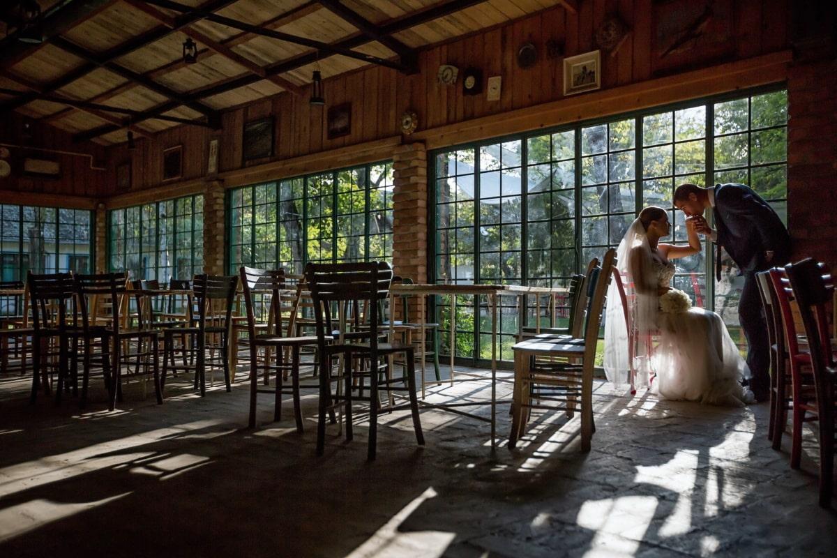 προσέγγιση, Ρομαντικό, Φιλί, νυφικό, κύριος, νύφη, Δωμάτιο, έπιπλα, τραπέζι, πύλη