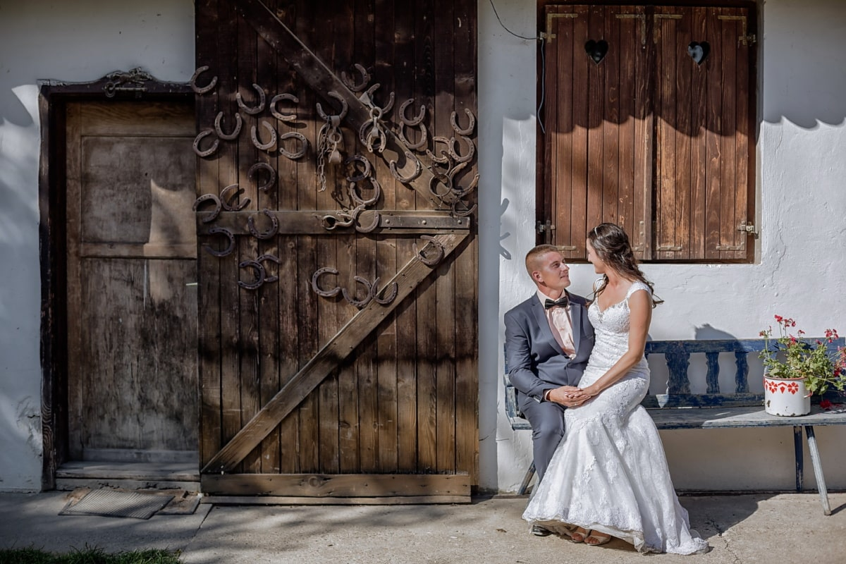 village, Grange, tout juste marié, campagne, ferme, ferme, portes, Jolie fille, robe de mariée, romance
