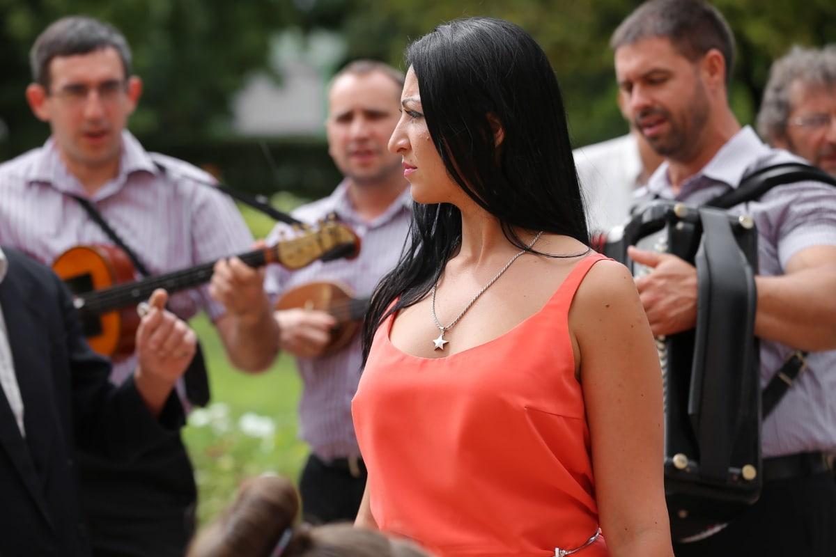 Jolie fille, magnifique, rouge, robe, foule, célébration, Orchestre, homme, couple, femme