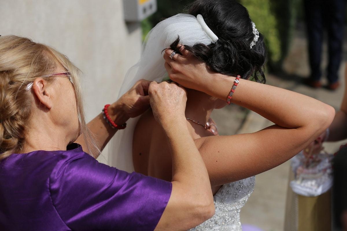 la mariée, voile, aider les, mère, robe de mariée, préparation, femme, gens, amour, mariage