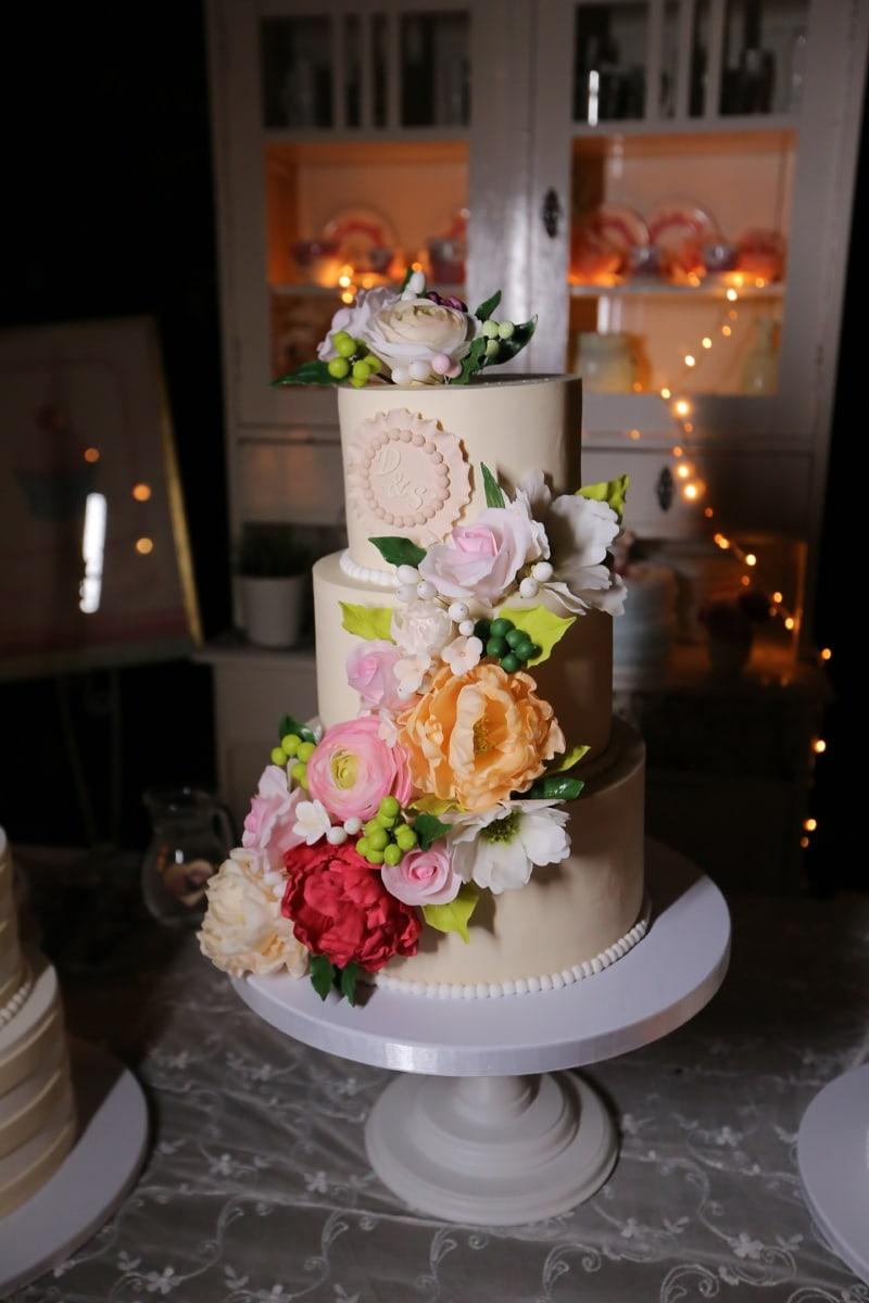 tort weselny, kuchnia, romantyczny, dekoracja wnętrz, projektowanie wnętrz, ślub, stół, Świeca, pan młody, kwiat