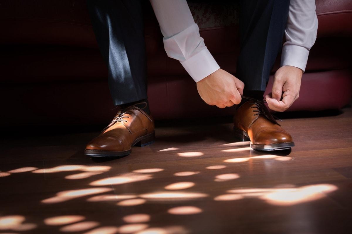 sentado, homem, couro, marrom claro, sapatos, homem de negócios, piso, perna, pé, calçado