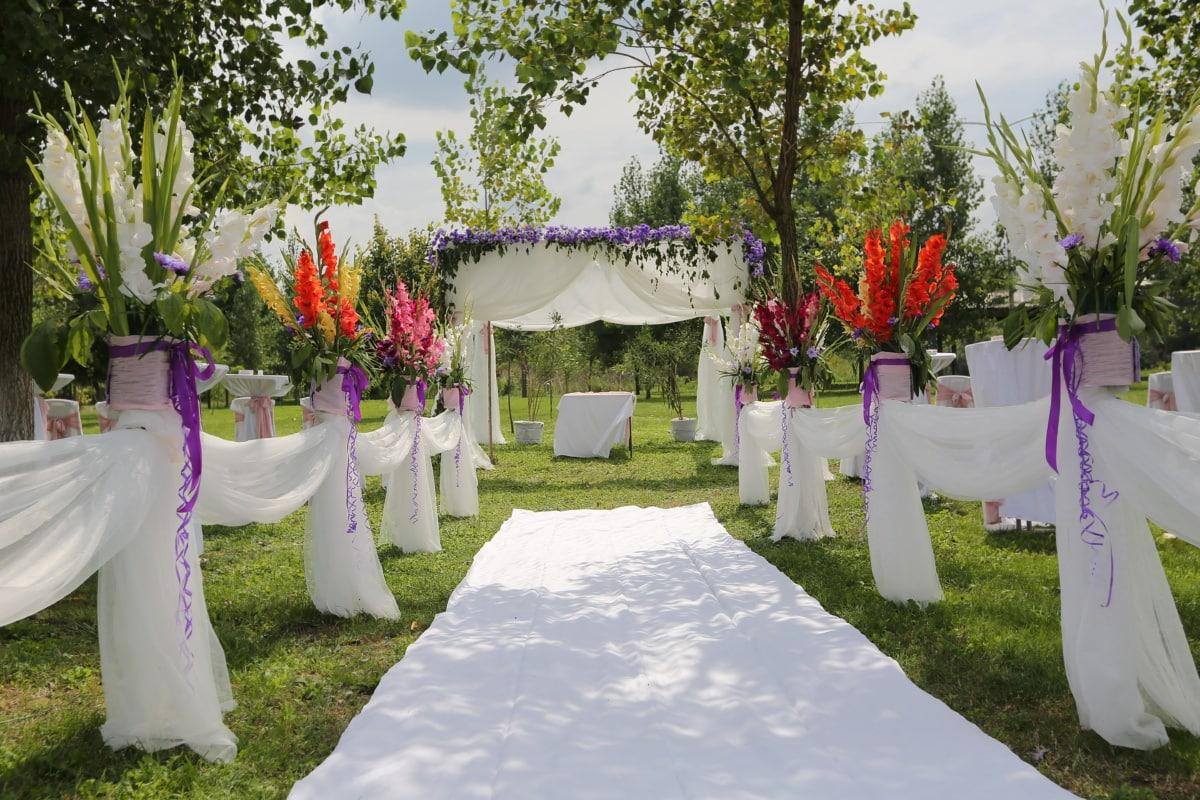 romantische, Hochzeitsort, im freien, Teppich, dekorative, elegant, Seide, weiß, schöne Blumen, Empfang
