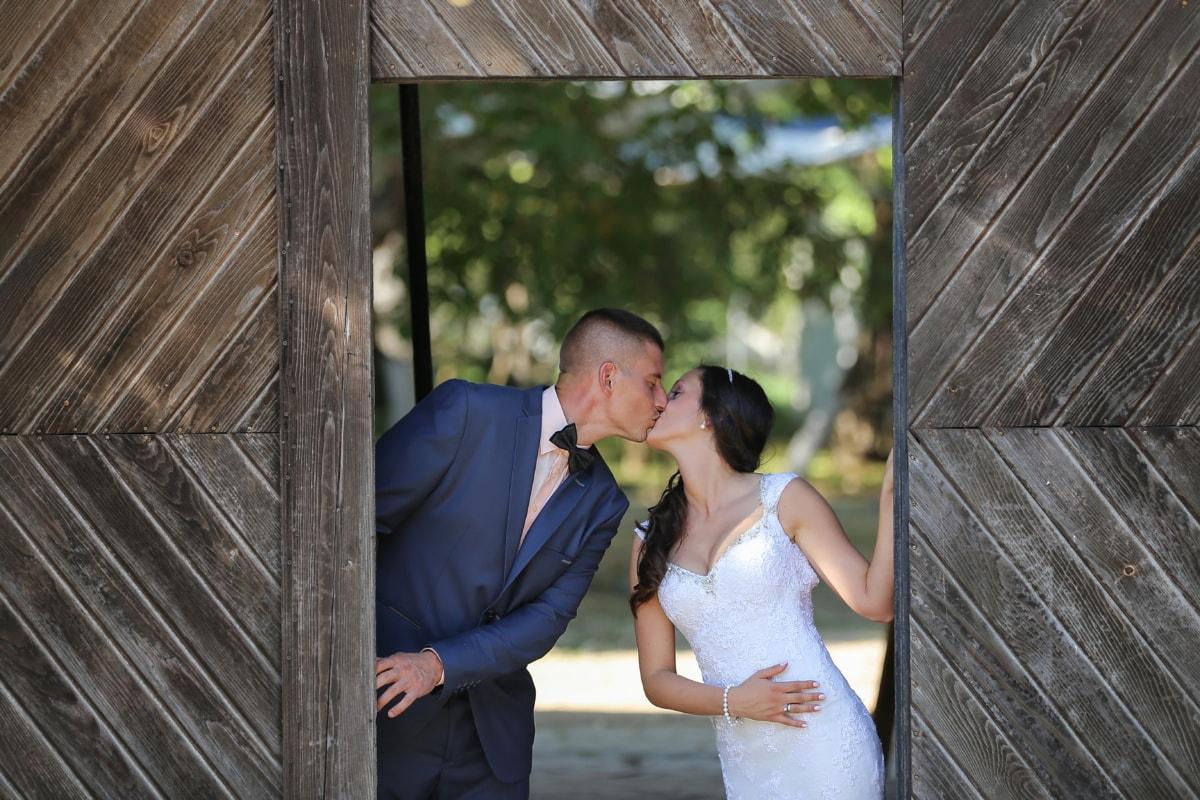 키스, 신부, 신랑, 방금 결혼 했어, 목공, 게이트웨이, 웨딩, 참여, 로맨스, 사랑