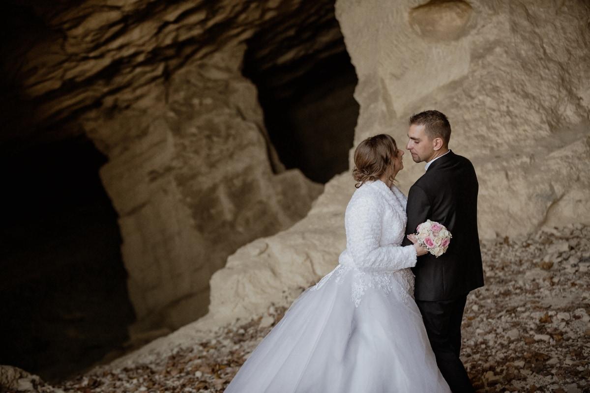 kamenje, mladenka, mladoženja, pješčenjak, poljubac, špilja, upravo vjenčani, haljina, brak, ljubav