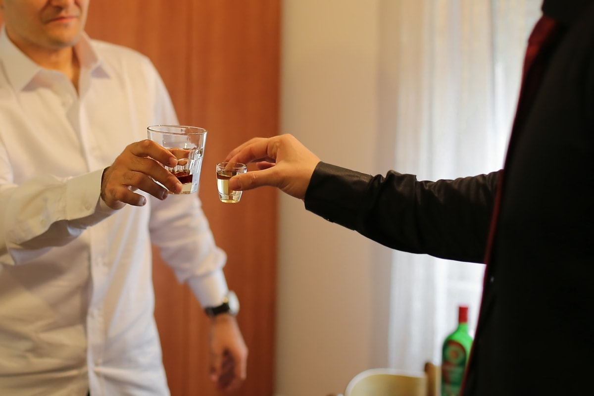 Cocktails, Alkohol, Männer, Trinken, Genuss, Erfolg, Feier, Geschäftsmann, Mann, drinnen