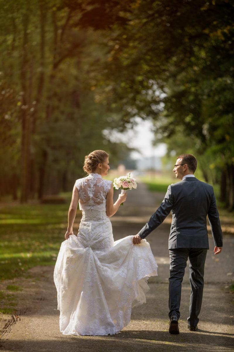 Fuß, Lächeln auf den Lippen, Jungvermählten, Mann, hübsches mädchen, Spaß, Anzug, Genuss, Hochzeitskleid, Zweisamkeit